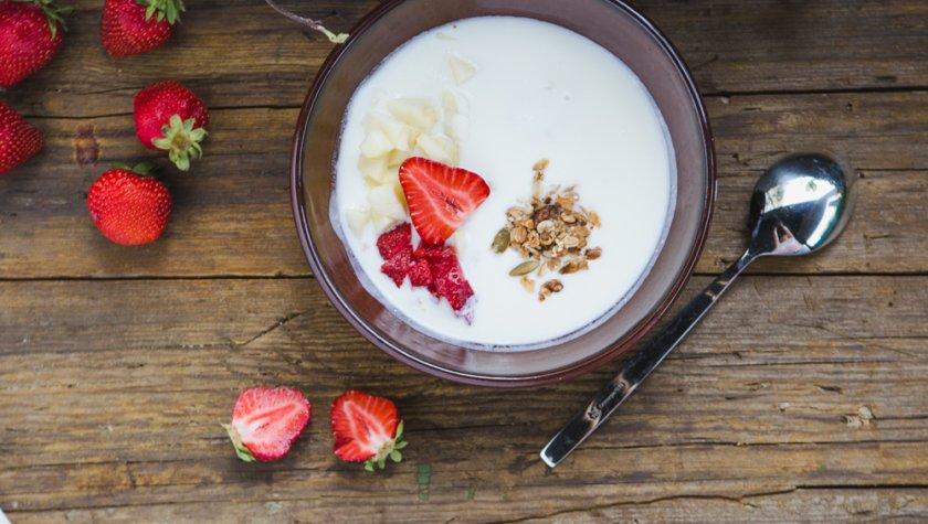 Гранола с медом, сезонными ягодами и фруктами, заправленная йогуртом – 55 грн
