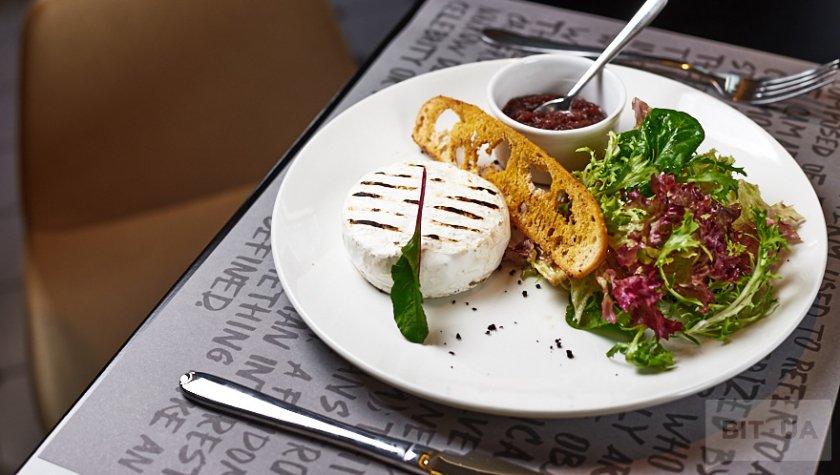 Камамбер, жаренный на гриле, с луковым мармеладом, салатными листьями и чипсом из чиабатты