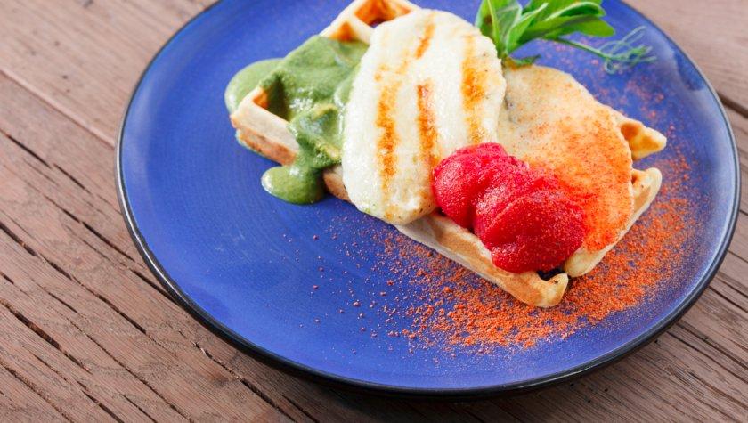 Вафельный тост с яйцом пашот, соленым сыром, беконом, соусом из шпината и копчеными томатами – 95 грн