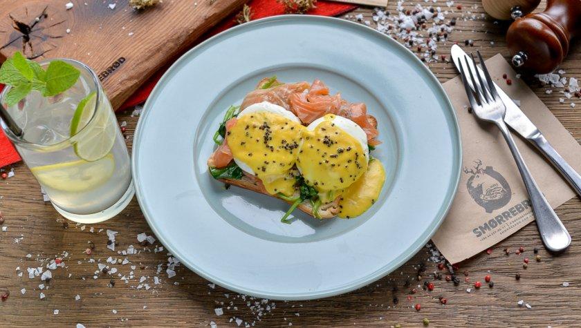 Бриошь с лососем, яйца пашот, соус бернес (280 г) – 115 грн