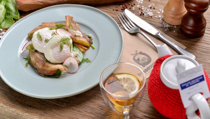 Молодой картофель, яйца пашот, хрустящий бекон, сыр шевр, шпинат (397 г) –  95 грн
