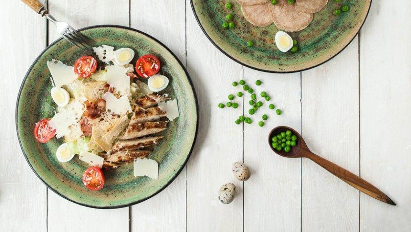 """Салат """"Цезарь"""" с куриным филе гриль и беконом – 99 грн"""