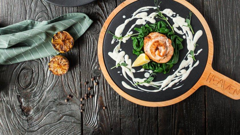 Лосось на гриле с припущенным шпинатом и йогуртовым соусом – 290 грн