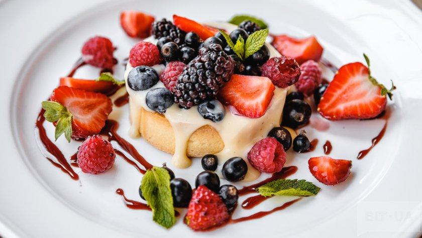 Тарт с заварным кремом с Baileys и сезонными ягодами — 95 грн