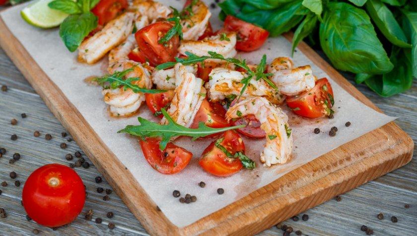 Креветки гриль с томатами и базиликом — 187 грн