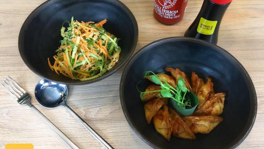 Жареные пельмени с курицей и салат хияши с овощами – 89 грн