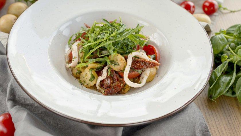 Теплый салат с кальмарами и печеным картофелем – 135 грн