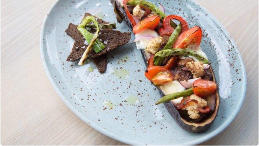 Баклажан, запечённый с овощами и моцарелой — 75 грн