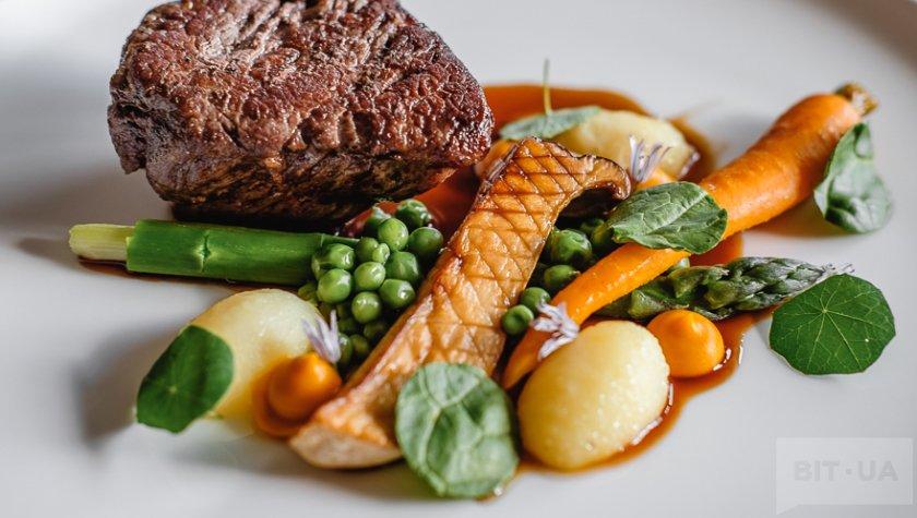 Стейк из телятины с отварным молодым картофелем, морковью, зеленым горошком и аспарагусом, 419 грн