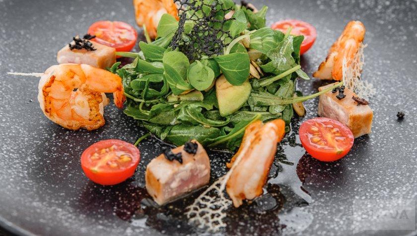 """Салат с тунцом под сушеной маслиной """"каламата"""", креветками и тыквенными семечками, 350 грн"""