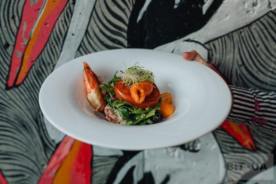 Салат с креветками и крабовым мясом
