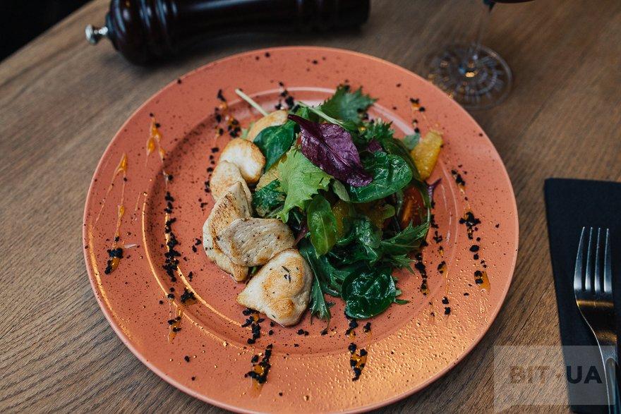 Салат с курицей и цитрусом