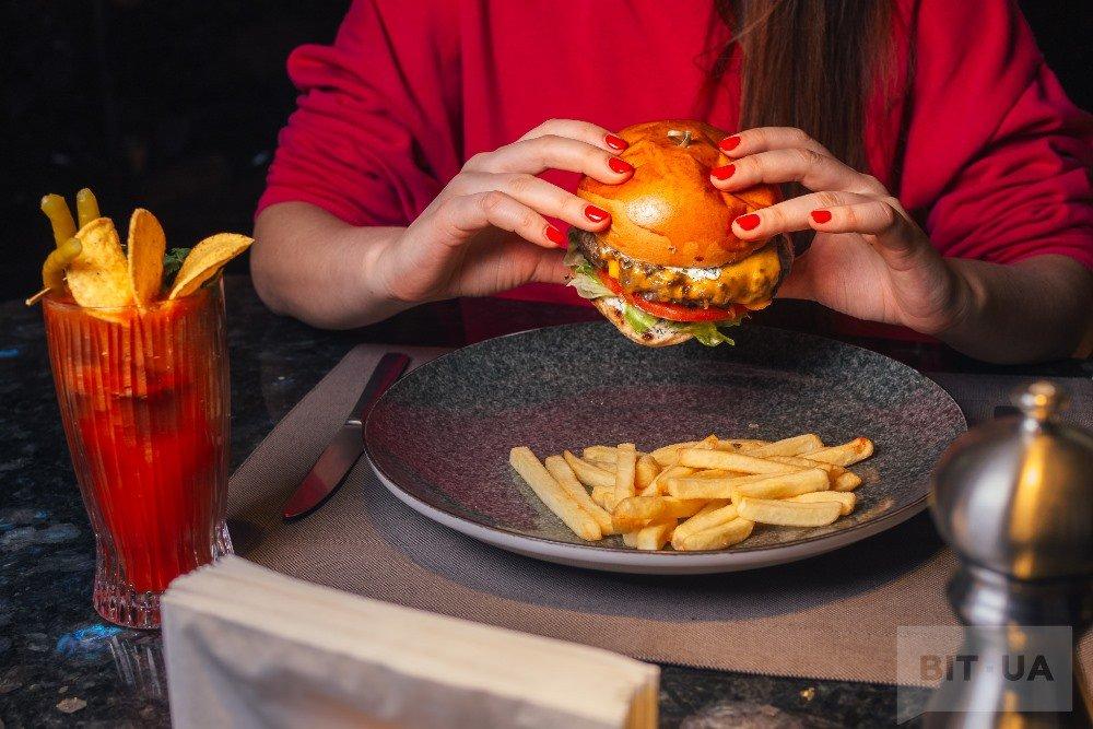 Бургер с говядиной и сыром чеддер (225 грн), Smoky Virgin Mary (140 грн)