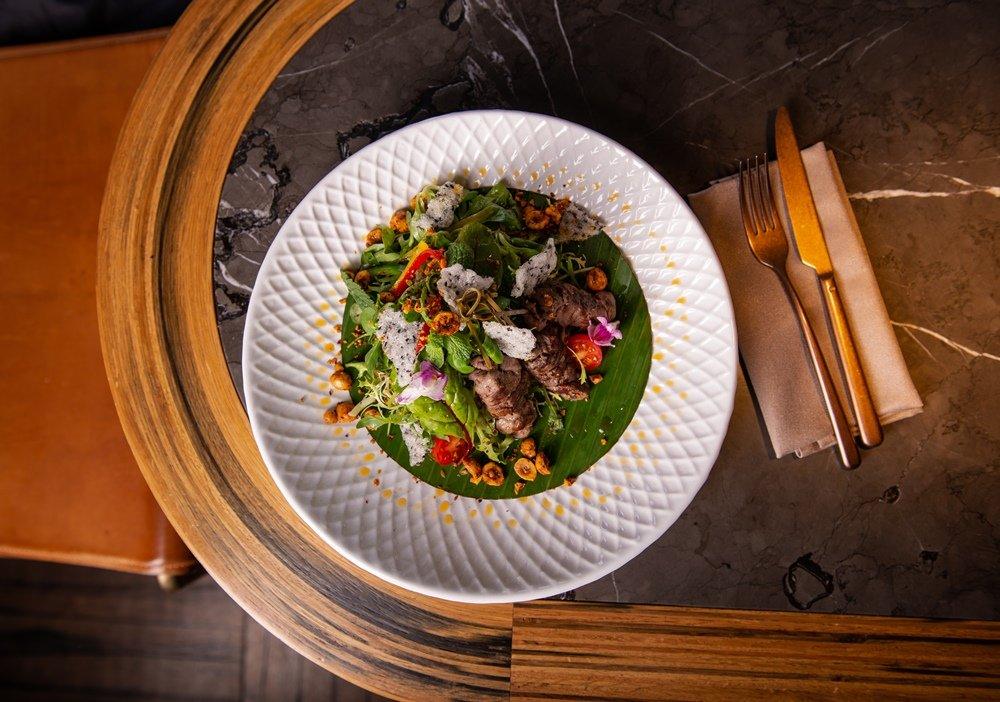 Зеленый салат с говядиной, черри и лесным орехом