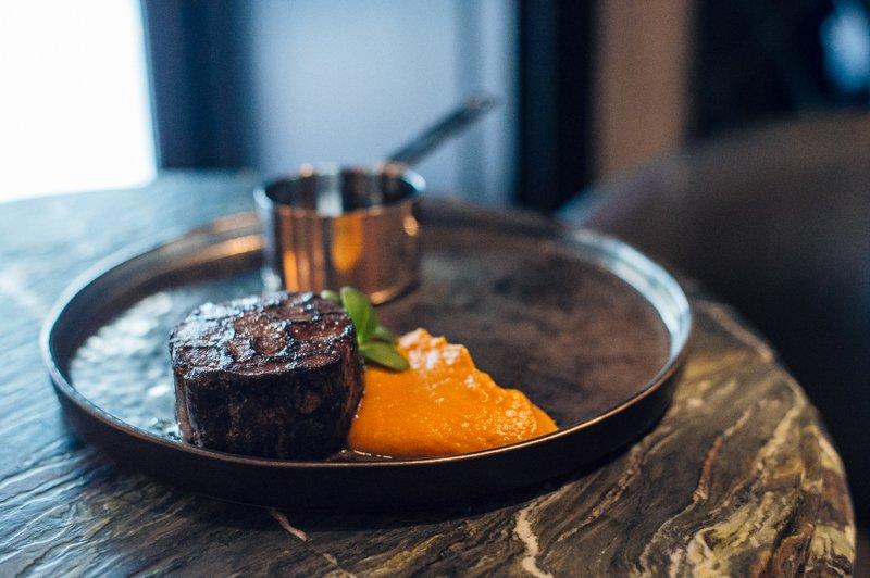 Мраморная баранина с пюре из батата и мясным соусом (339 грн)