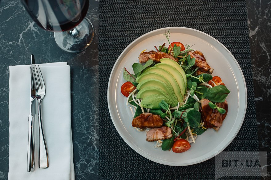 Зеленый салат с уткой унаги