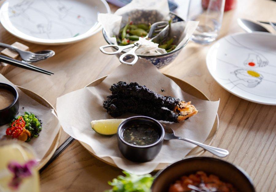 Креветки темпура у клярі з чорнилами каракатиці