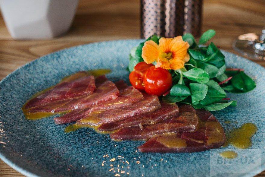 Карпачо з тунця з соусом кімчі (295 грн)