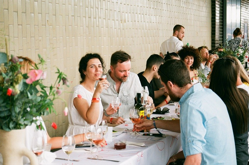 Міський бранч 100 foodies table на фестивалі KYIV WINE . Фото: Facebook/foodiesagency