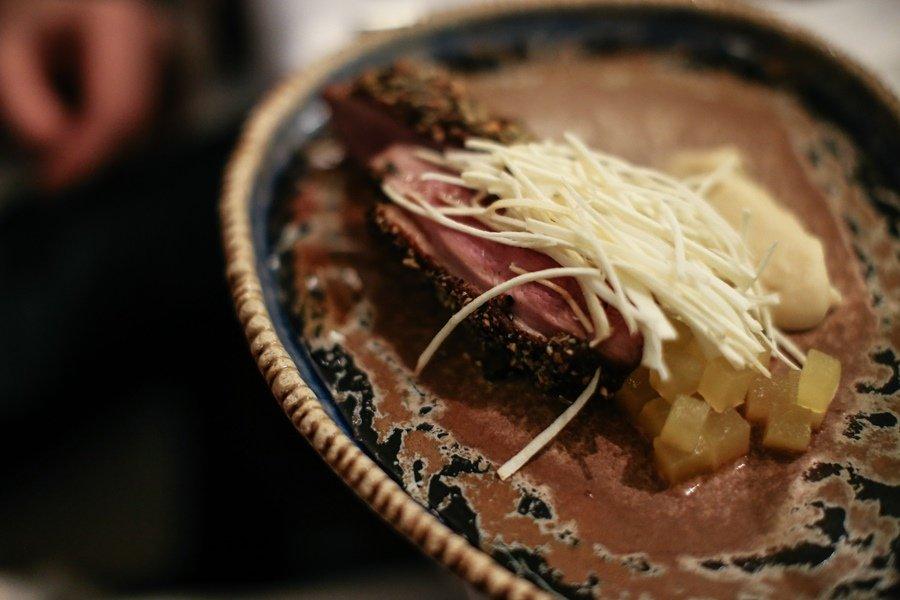Качине філе з маринованим яблуком на пастернаковому пюре